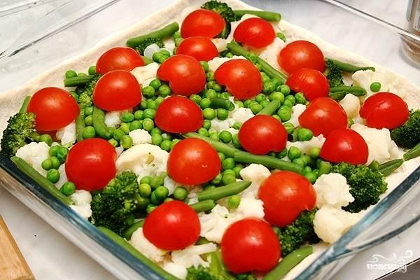 Достаем наше тесто из холодильника, укладываем на него овощи.