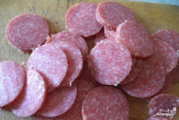 3.Нарежьте колбасу ровными кружками. Грибы измельчите удобным способом.
