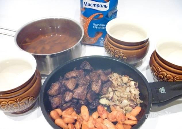 Обжарьте овощи в масле до румяности. Затем на этом же масле обжарьте мясо кусочками. Посолите его и поперчите.