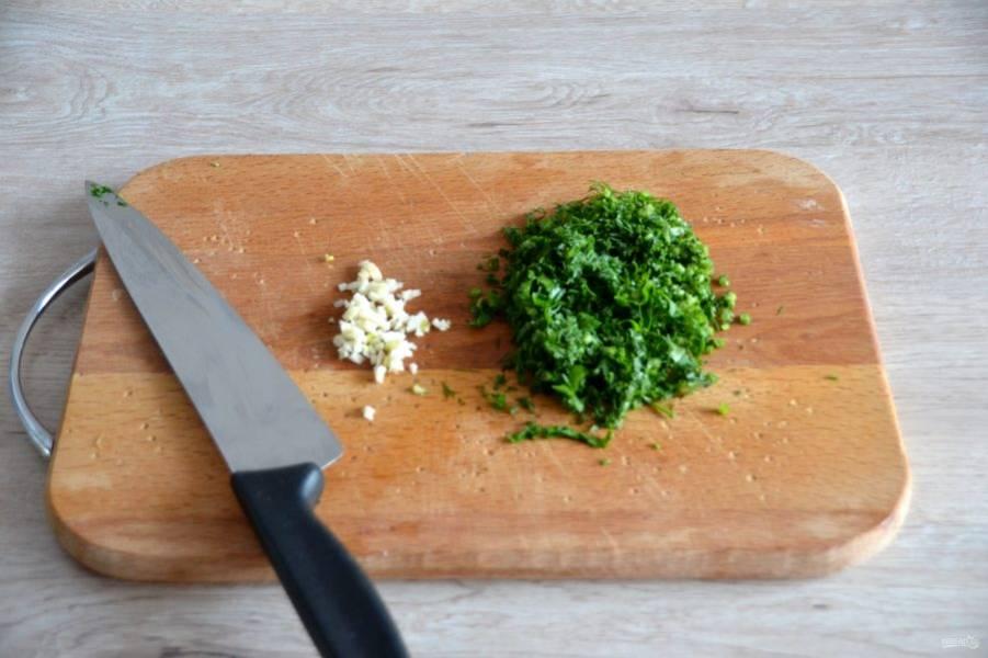 Пока отвариваются яйца, измельчите зелень, мелко нарежьте чеснок. Чеснок можно пропустить через пресс, это дело вкуса.