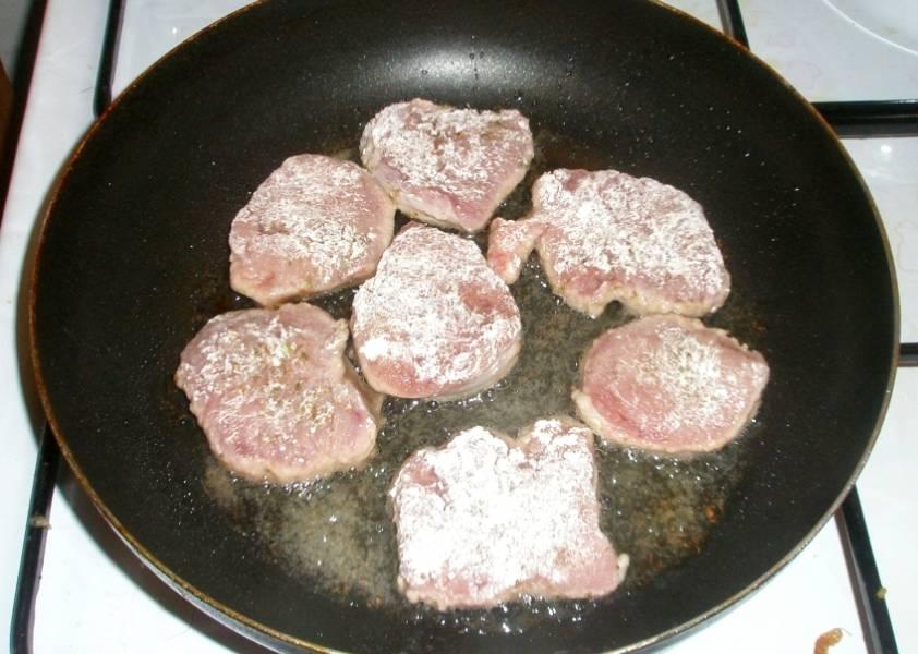 Далее ставим сковороду с растительным маслом на огонь, телятину панируем в муке и обжариваем мясо со всех сторон до румяной золотистой корочки.