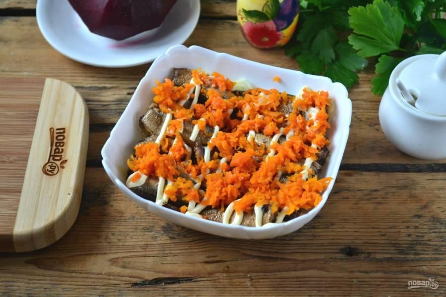 Третьим слоем будет морковь, натертая на мелкой терке.