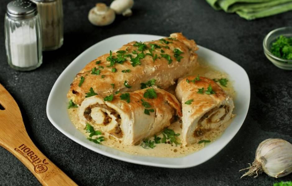 Куриные рулетики с грибами в сметанном соусе готовы. Приятного аппетита!