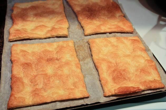12. Отправляйте тесто в горячую духовку запекаться. Противень должен быть застелен пергаментом. Запекайте в течение 12 мин., пока поверхность не станет золотистой. Слоеное тесто запекается очень быстро, поэтому обязательно следите за ним.