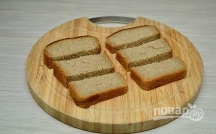 Хлебные куски разрежьте на 3 равные части.