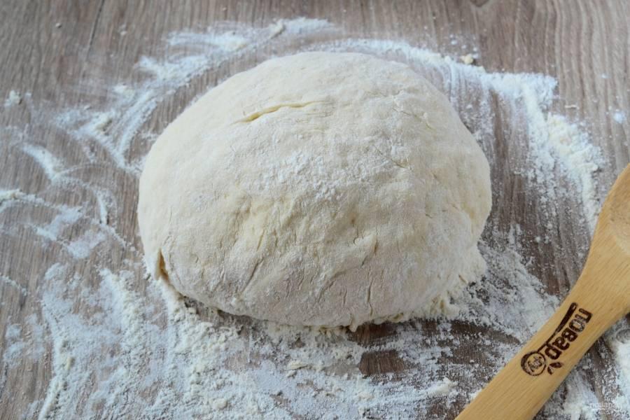 Когда тесто будет готово, положите его в глубокую миску, накройте чистым полотенцем и оставьте на 1 час. За это время тесто подрастет и станет очень пушистым и мягким.