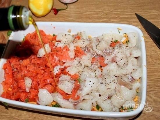Выкладываем кусочки рыбы, сбрызнем рыбу лимонным соком. Добавим оливковое масло, соль, черный перец.