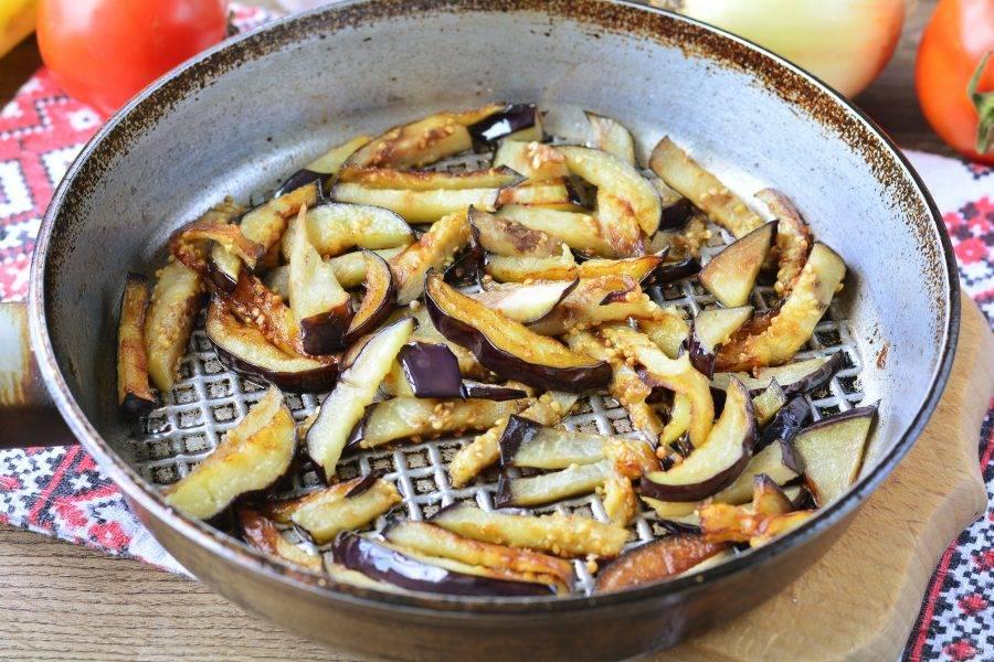 Обжарьте баклажаны в сковороде с добавлением масла. Жарьте 1-2 минуты.