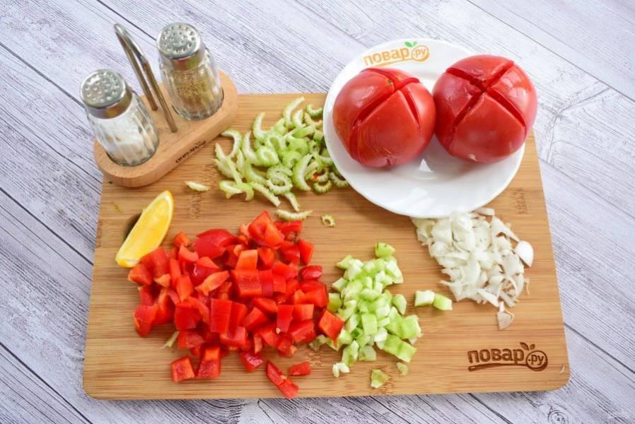 2.    На помидорах сделайте крестообразный надрез, опустите в кипяток на 30 секунд, слейте воду, остудите, снимите кожицу. Огурцы очистите от кожицы. Все овощи мелко нарежьте.
