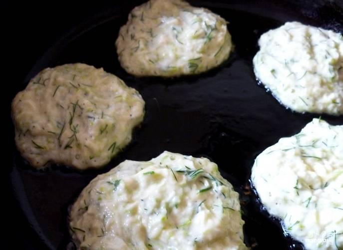 Разогрейте растительное масло. Выложите оладушки и обжарьте их с двух сторон до золотистой корочки.