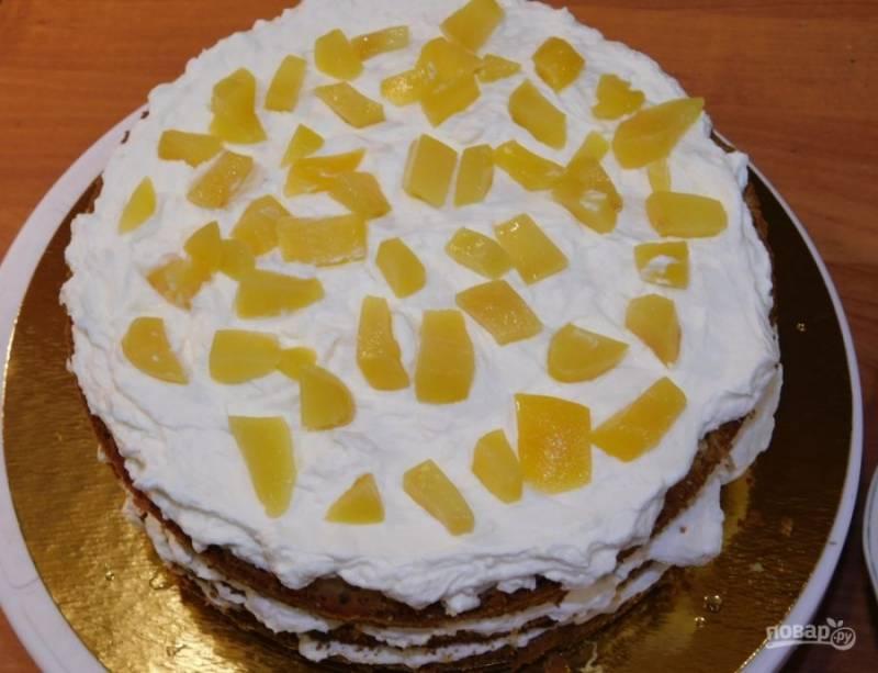 Для крема взбейте сливки с сахарной пудрой. Коржи пропитайте соком от персиков. Промажьте коржи кремом и разложите мелко нарезанные персики. Соберите торт, промажьте кремом бока и верх торта. Уберите его в холод для застывания на несколько часов.