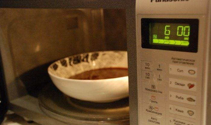 Выливаем, хорошо перемешав, в глубокую тарелку, так, чтобы она была заполнена только на половину. Ставим в микроволновку на 6 минут, при максимальной мощности.