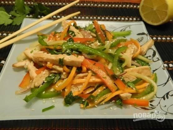 Все! Можно наслаждаться легким, свежим и в меру острым куриным тайским салатом ПП.