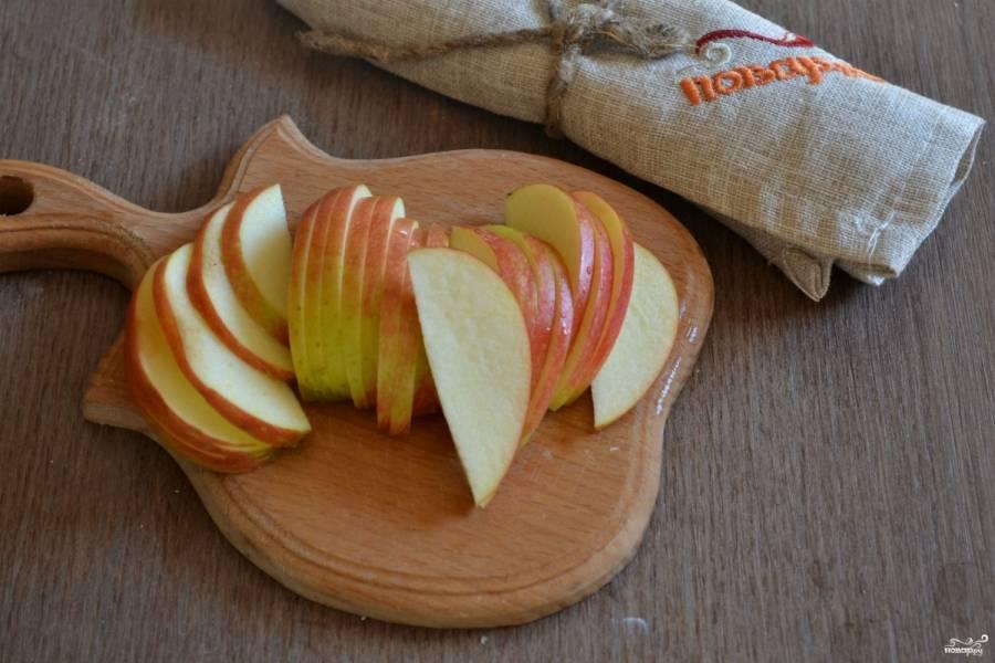 Яблочки порежьте на тонкие дольки.