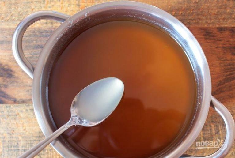 Растворенный в воде агар-агар добавьте в отвар из одуванчиков, доведите варенье до кипения и сразу выключите огонь. Простерилизуйте банки и разлейте по ним варенье. Закройте крышками и храните сладость в холодильнике.