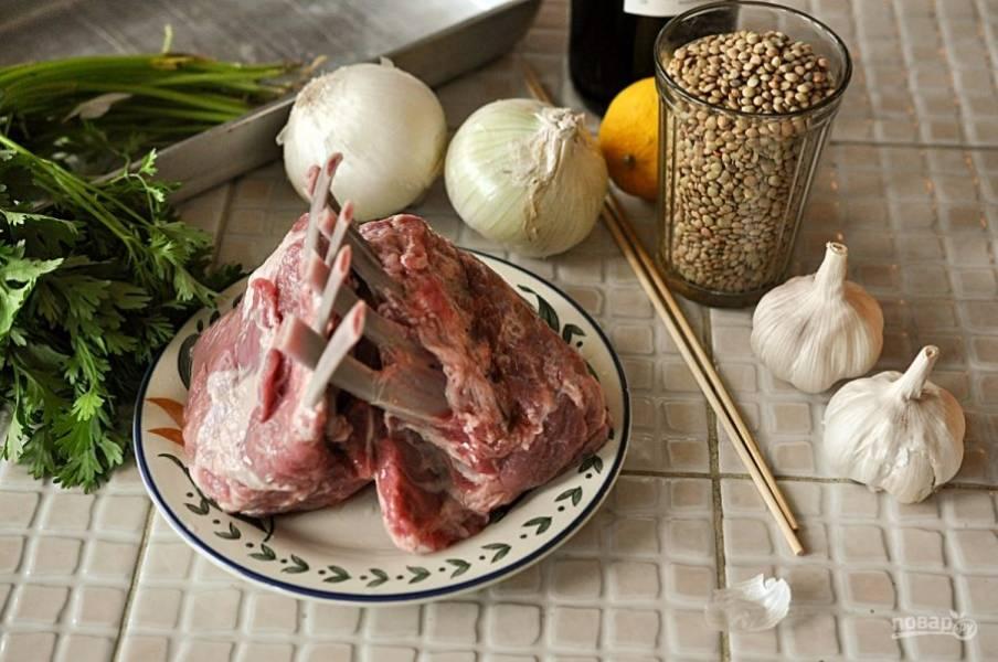 Слегка отварите картофель. Затем поставьте его в духовку до готовности. Тем временем поставьте кастрюлю с водой на огонь и добавьте зеленую чечевицу. Варите в течение 20 минут.