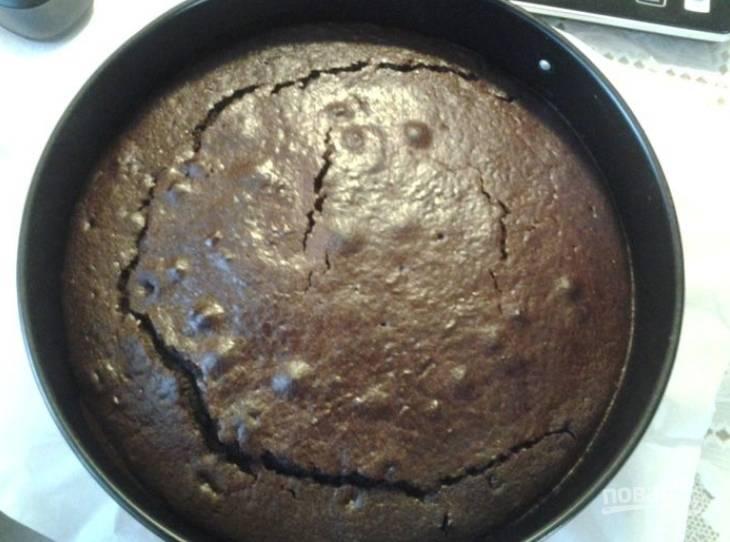 8.Вылейте тесто и запекайте в разогретом до 180 градусов духовом шкафу около 45 минут. Достаньте пирог и оставьте его для остывания.