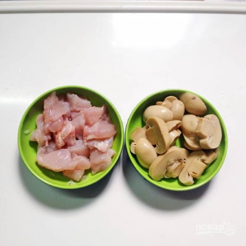 1.Филе мою и вытираю салфеткой, нарезаю его крупными кусочками. Маринованные грибы сначала промываю, а затем нарезаю их крупными пластинками.
