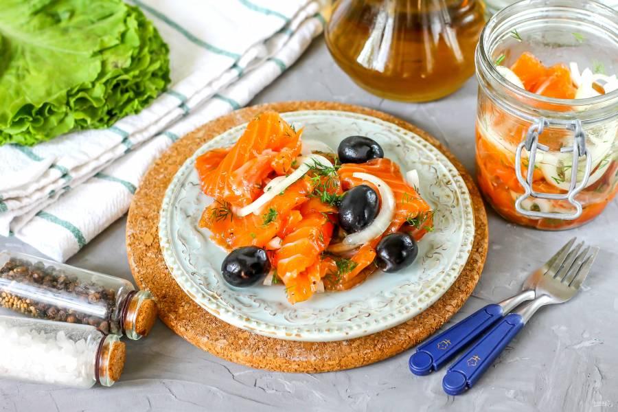 Горбуша соленая в масле с луком