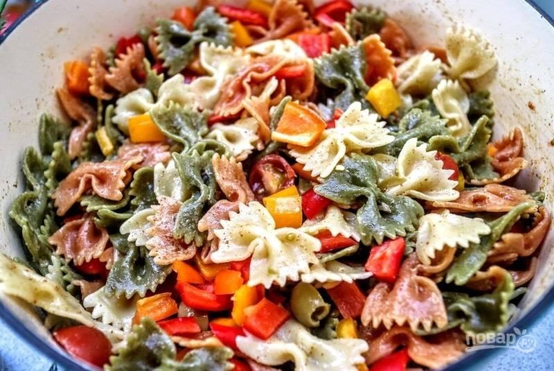 Нарежьте перец средними кусочками. Всыпьте их вместе с оливками к пасте.