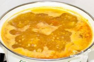 Кладем в кастрюлю картофель и томатную заправку. Добавляем соль и перец по вкусу, после чего варим где-то 25 минут. Затем снимаем суп с огня, выдавливаем туда оставшийся чеснок, накрываем его крышкой и даем несколько минут настояться.