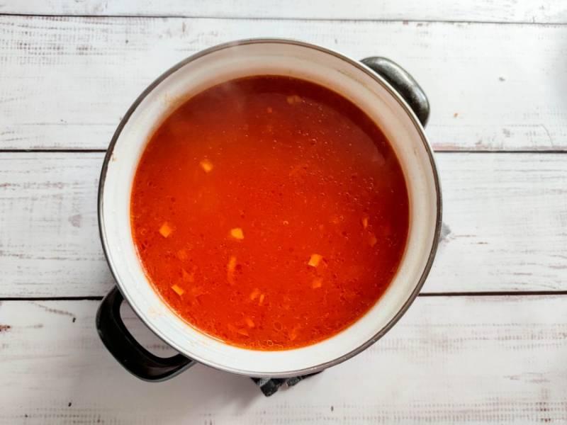 Добавьте нарезанную курицу, соль, специи и варите еще 5-10 минут.
