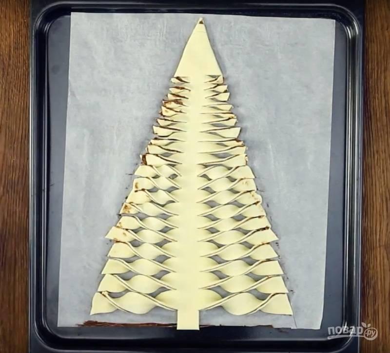 7.Каждую полоску теста прокручиваю 2 раза, так получу ветви. Короткие полосочки, которые расположены сверху, прокручиваю 1 раз.