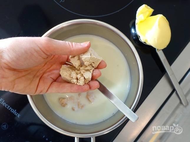 1.В миску просейте муку, добавьте сахар и соль, перемешайте. В сотейник налейте молоко, подогрейте его немного и введите дрожжи, затем — сливочное масло.