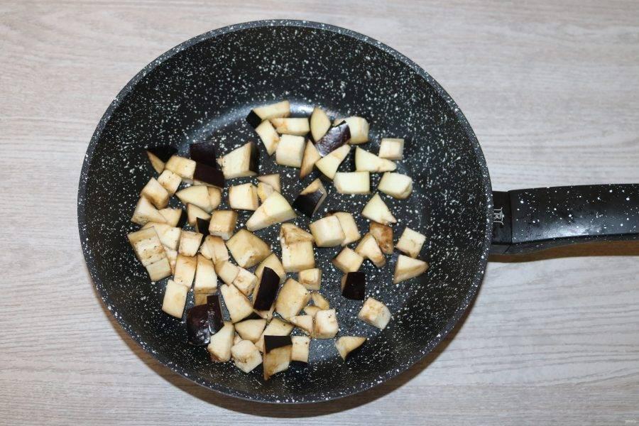 В разогретой сковороде с добавлением небольшого количества масла обжарьте нарезанные баклажаны.