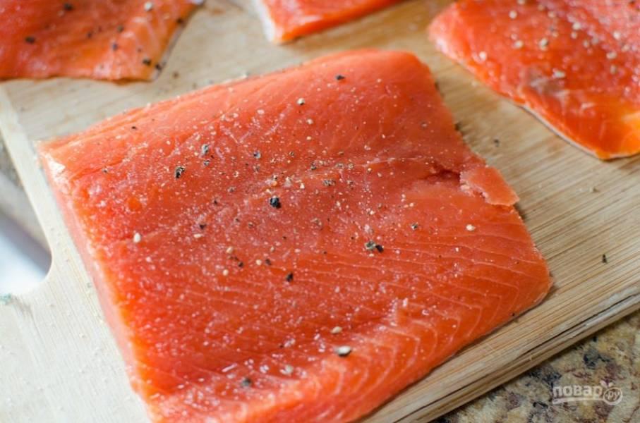 1. С половинки лимона натрите цедру. Смажьте ею рыбу вместе с солью и перцем.