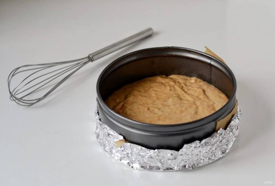 Влейте тесто в форму. Выпекайте в заранее разогретой до 180 градусов духовке 40-50 минут.