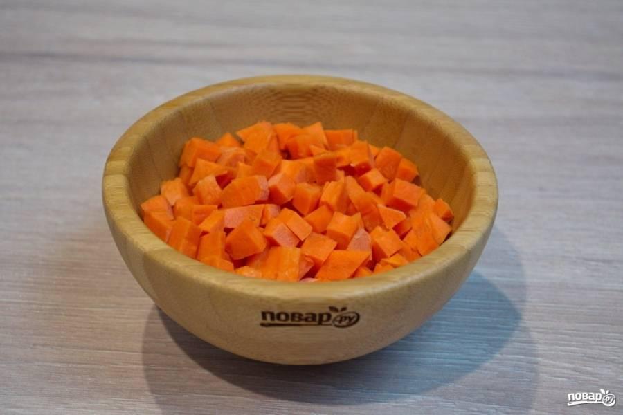 Для приготовления супа Минестроне нам необходимо нарезать мелким кубиком морковь.