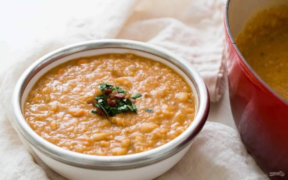 7.Разлейте суп по тарелкам, украсьте мелко рубленой петрушкой, беконом.