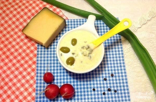 Положите огурец и маслины в соус. Завершающий этап - это лимонный сок. Добавьте его, всё хорошо перемешайте. Теперь соус можно подавать к столу.