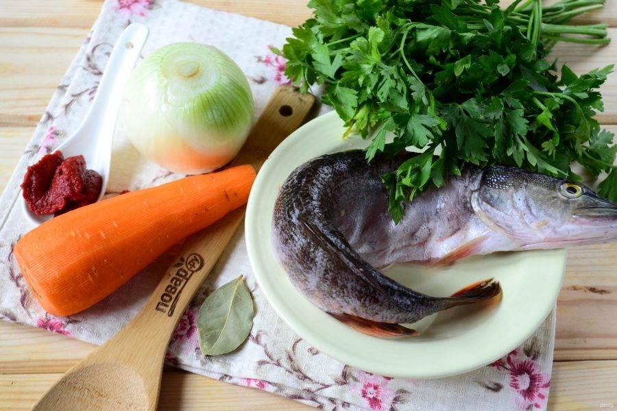 Подготовьте все необходимые ингредиенты. Морковь и лук очистите, щуку очистите, удалите внутренности.