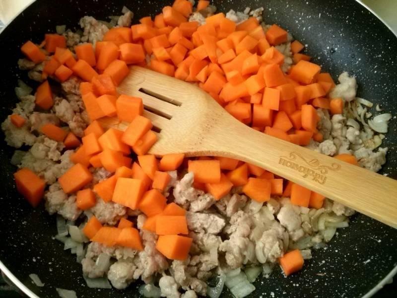 5.     Добавьте на сковороду, посолите, поперчите, перемешайте, обжарьте в течение 5 минут. Затем уменьшите огонь, накройте крышкой и тушите в течение 10 минут.