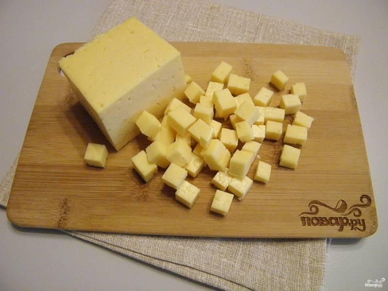 Сыр твердый тоже порежьте кубиками. Придерживайтесь одного размера продуктов в нарезке салата.