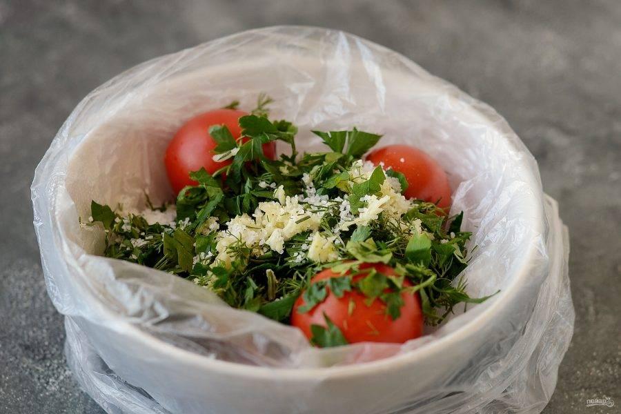 Сложите в пакет помидоры черри, соль, зелень и чеснок.