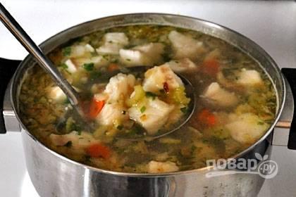 Когда картофель и морковь почти сварятся, добавьте рыбу, обжаренный лук с сельдереем, лимонный сок и лавровый лист. Посолите, поперчите и проварите 10 минут.