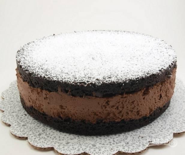12.Перед подачей достаньте торт из холодильника, снимите пергамент, украсьте сахарной пудрой и оставьте на полчаса. Приятного аппетита!