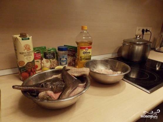 Затем нужно подготовить все необходимые для приготовления ингредиенты, а также отделить филе рыбы от скелета и нарезать его красивыми кубиками со стороной 3 см. Далее нужно приготовить маринад из белого вина, сока лимона и приправ. Мариновать рыбу следует не больше 30 минут.