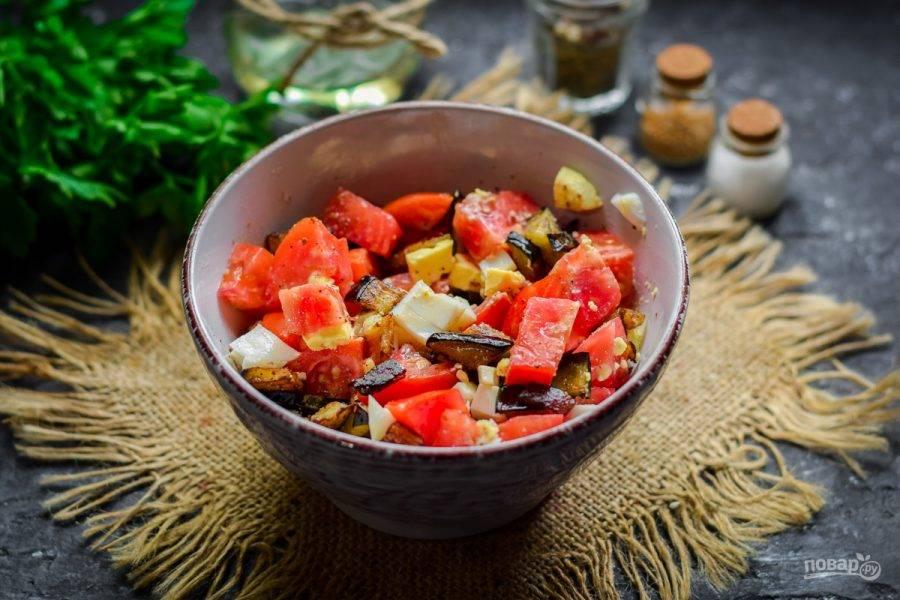 Перемешайте все ингредиенты, добавьте по вкусу соль и перец, также можете добавить зелень. Снимите пробу, разложите салат по тарелкам и подавайте к столу.