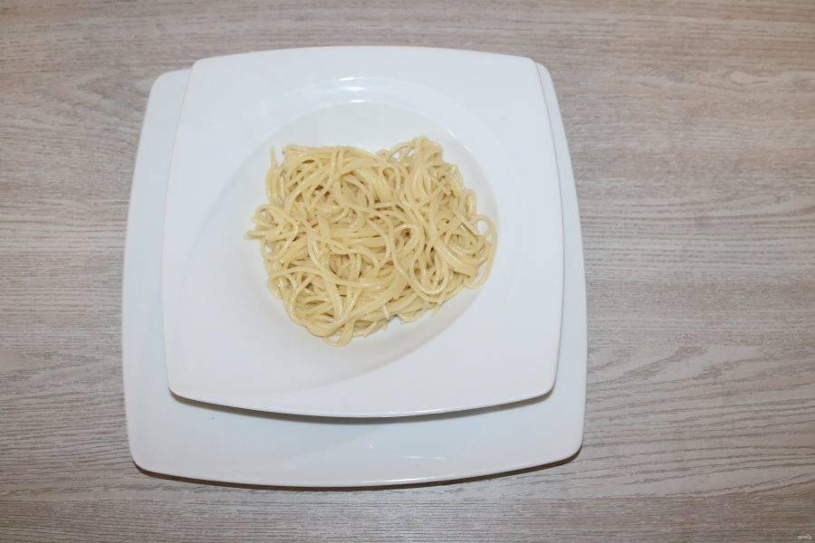 В тарелку выложите спагетти.