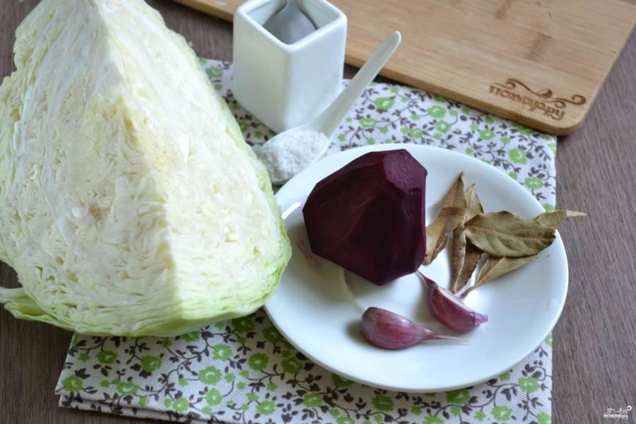 Подготовьте все необходимые ингредиенты. Очистите свеклу от кожуры, а капусту освободите от верхних листьев. Ополосните овощи под проточной водой.