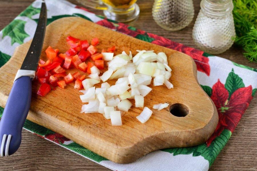 Почистите лук и сладкий перец, нарежьте овощи кубиками.
