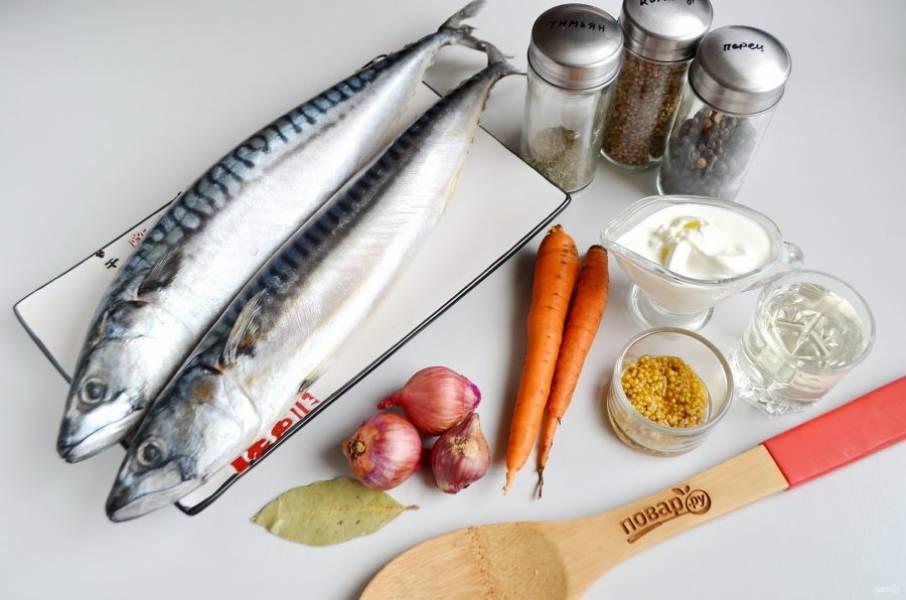 1. Подготовьте продукты. Рыбку разморозьте при комнатной температуре. Отрежьте головы, удалите внутренности, промойте.