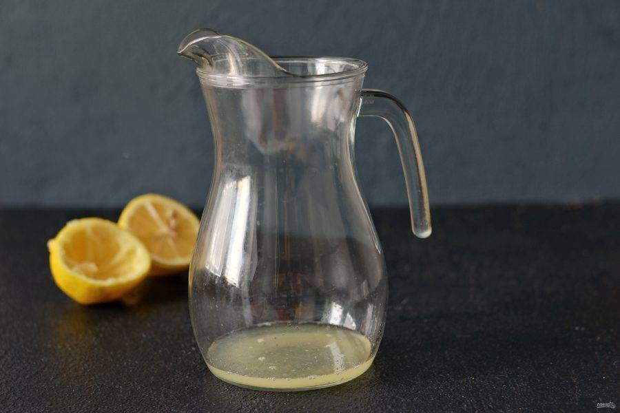 Из лимона выжмите сок. Перелейте в кувшин.