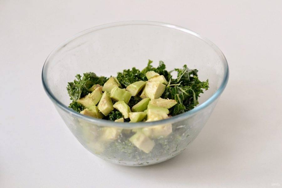 Авокадо очистите от кожуры, нарежьте кубиками. Добавьте в миску.