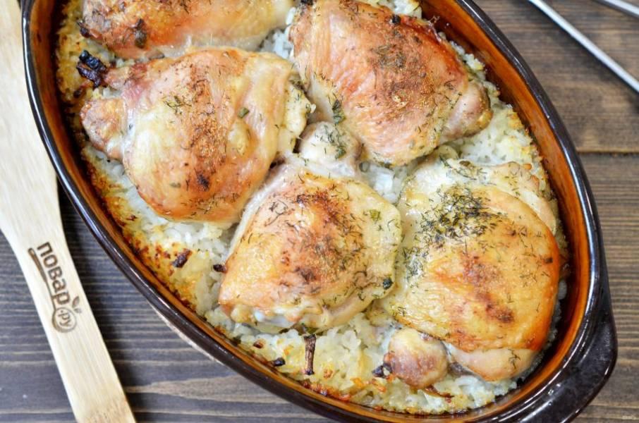 7. Аккуратно влейте бульон, накройте фольгой. Готовьте в духовке при 190 градусах 45 минут, затем фольгу снимите и готовьте еще 15 минут. Приятного аппетита!