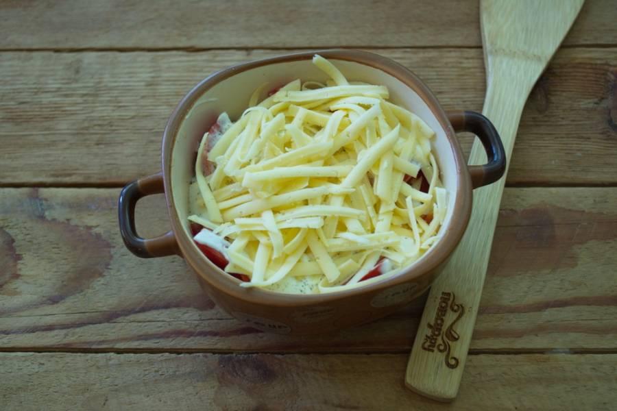 Сверху выложите 2 ст. ложки сметаны. Натрите на терку твердый сыр и посыпьте сверху мясо.